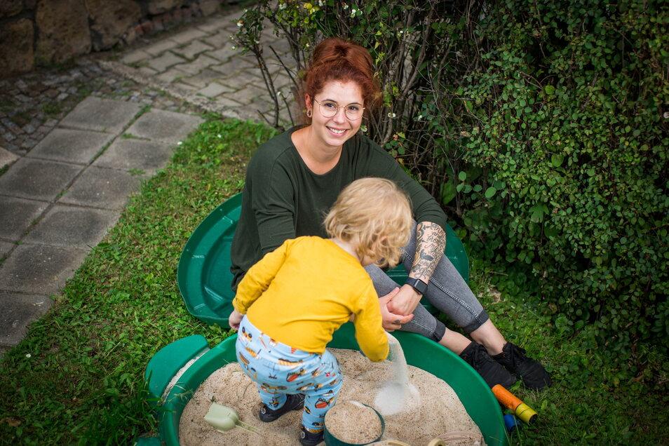 Jeanine Stitterich zieht ihren Sohn Elmar allein auf und versucht, mit ihren Kräften zu haushalten.