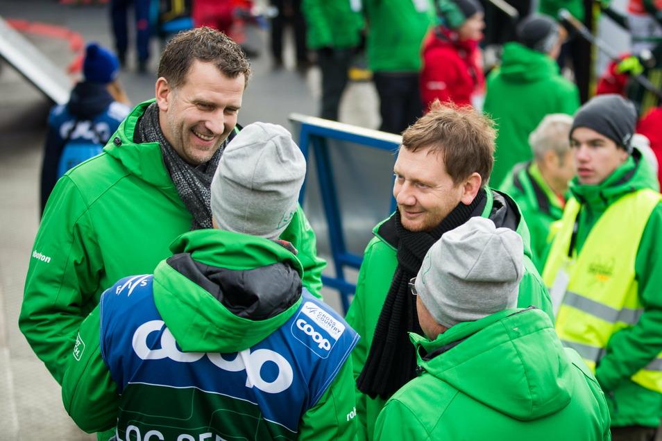 Weltcup-Organisator René Kindermann im Gespräch mit Ministerpräsident Michael Kretschmer. Der Freistaat Sachsen unterstützt das Ski-Rennen jährlich mit 150.000 Euro.