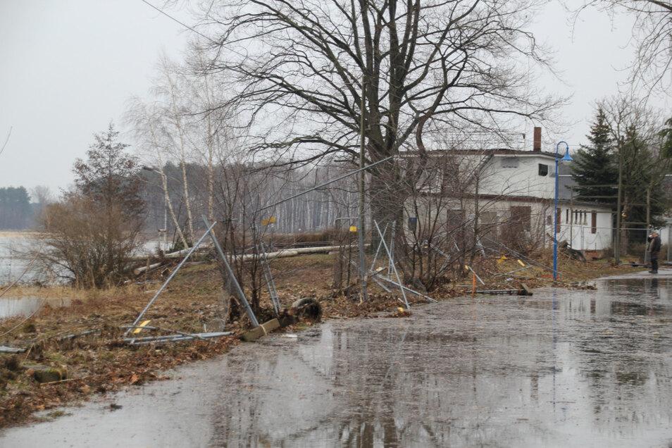Die Ufer-Promenade in Groß Särchen wurde von der Schwallwelle überschwemmt. Fotos: Ralf Grunert