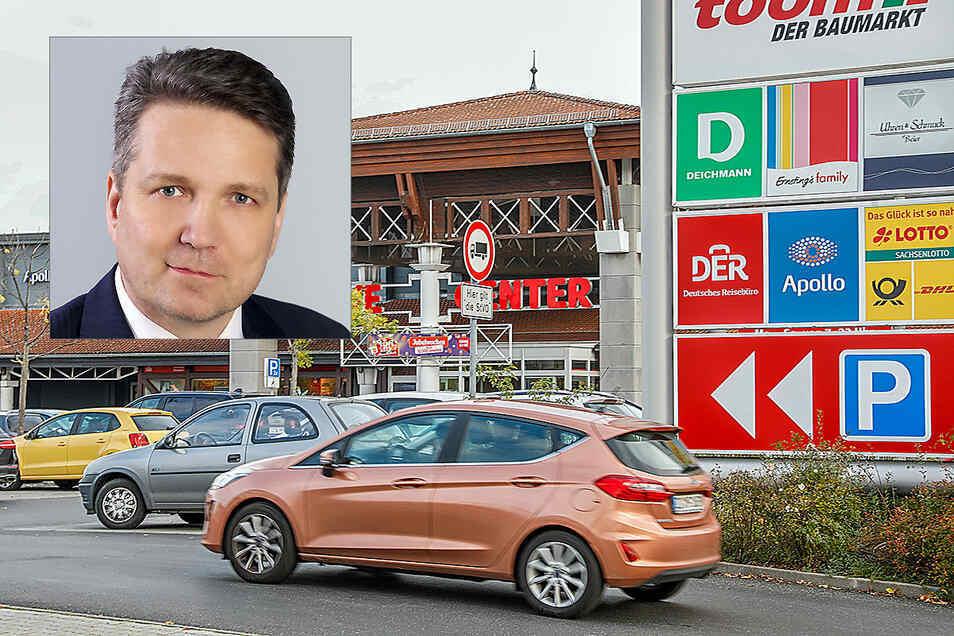 Auf Werbetafeln wie rechts im Bild soll bei Rewe in Zittau-Süd für die Innenstadthändler geworben werden. Das beschloss 2015 der Stadtrat. Mitglied Jörg Gullus ärgert, dass das noch nicht passiert ist.