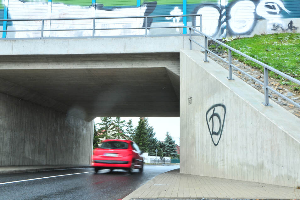 Am Tunnel an der Großraschützer Straße hat jemand das Dynamo-Symbol drangeschmiert.