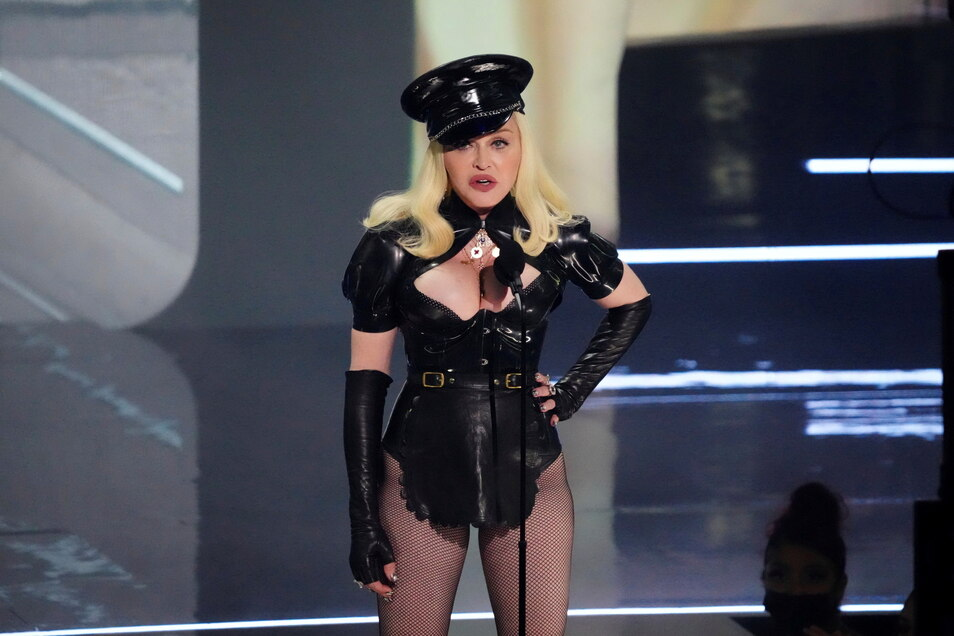 Mit einem Überraschungsauftritt hat die US-Sängerin Madonna die MTV Video Music Awards eröffnet.