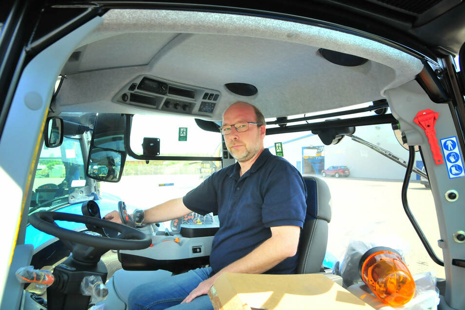 Maschinenverwalter Sven Ritter in einem der Traktoren, in denen die Schlösser zerstört, die Bildschirmkabel zerschnitten und die Bildschirme entwendet wurden.