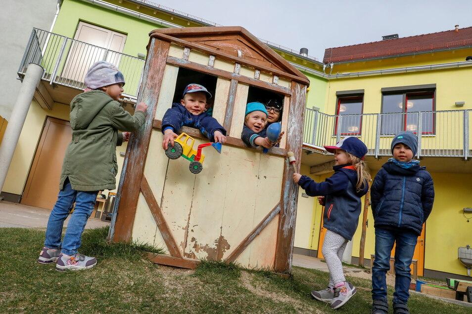 Die Mädchen und Jungen der Innenstadt-Kita mögen ihr Spielhaus. Aber das ist der ständigen Witterung ausgesetzt - und soll daher durch ein neues ersetzt werden.