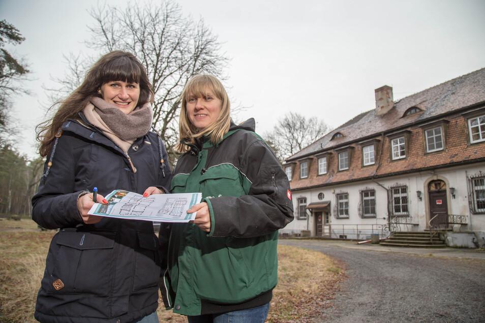Planerin Kati Wuttke und Annett Hertweck als Leiterin der Naturschutzstation vor dem Naturschutzzentrum Schloss Niederspree bei Quolsdorf. Es soll wieder als Schulungszentrum für den Naturschutz dienen.