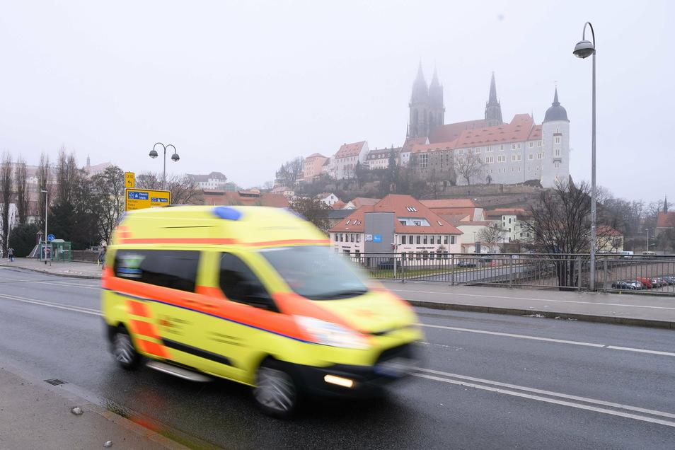 Bei einem Unfall wird eine 22-jährige Fußgängerin verletzt.