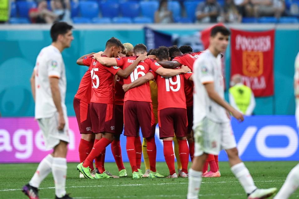 Die Schweizer Spieler schwören sich auf Verlängerung, die sie mit einem Mann weniger bestreiten mussten, ein.