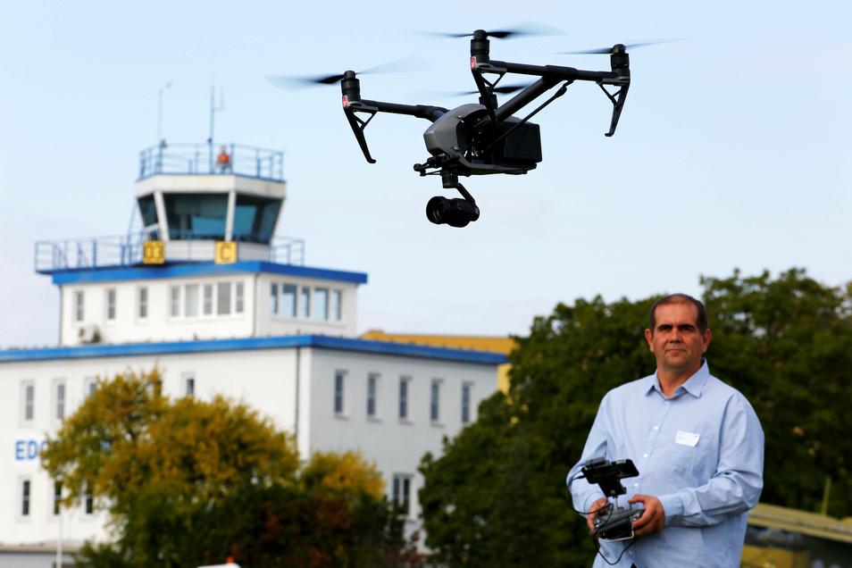 Fachmann Mike Hohmann lässt auf dem Kamenzer Flugplatz eine Drohne steigen. Hier soll künftig geballte Kompetenz das autonome und elektrische Fliegen voranbringen.