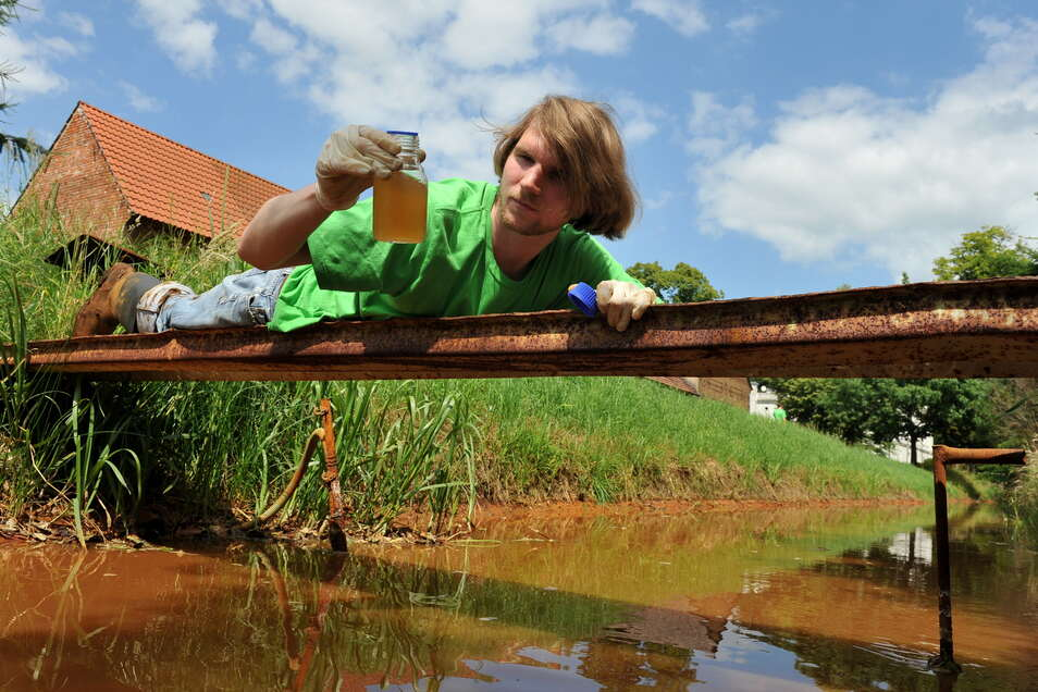 Der Dorfbach in Neueibau verfärbt sich immer wieder. Wie auf diesem Beispielfoto wurden deshalb auch Wasserproben genommen und untersucht.