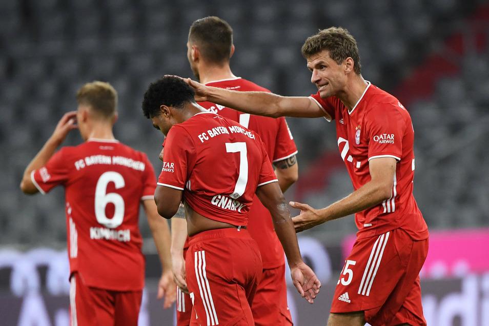 Thomas Müller (r) bejubelt sein Tor zum 6:0 mit Serge Gnabry. Am Ende besiegte Bayern München den FC Schalke 04 mit 8:0.