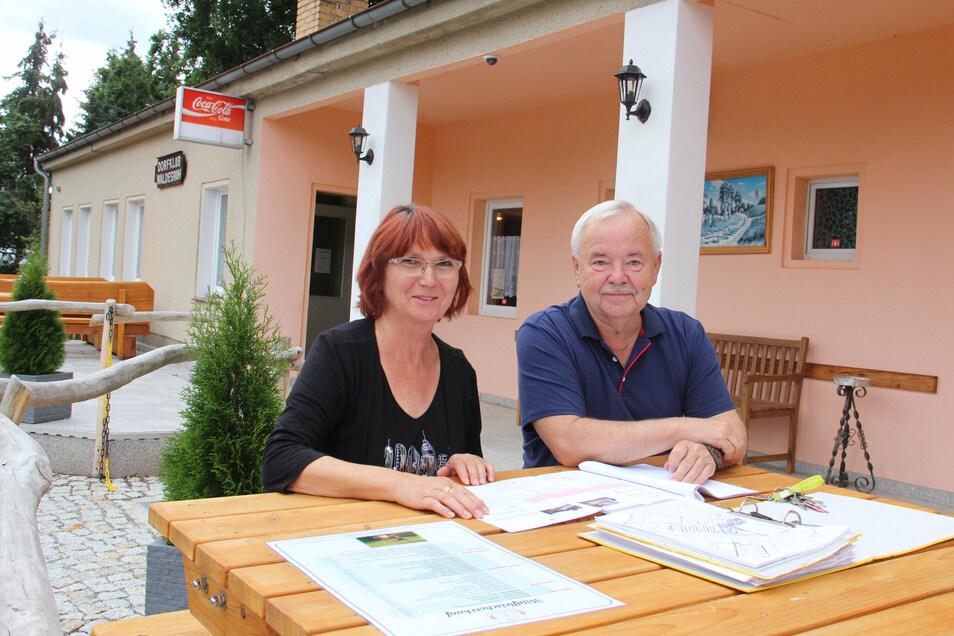 Das Gebäude des ehemaligen Dorfclubs von Holschdubrau soll zum Forsthaus umgestaltet werden. Besitzer Ulrich Kluge und seine Frau Margrit freuen sich darauf, dass die Pläne Wirklichkeit werden.