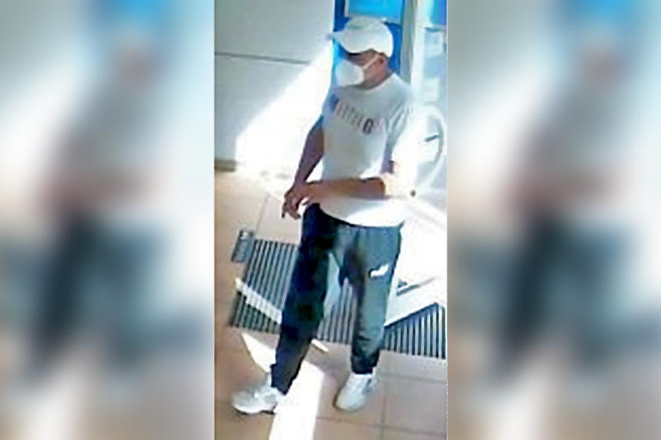 Wer kenn diesen Mann? Er hat mit einer gestohlenen EC-Karte in Radeberg Geld abgehoben. Hinweise nimmt die Polizei entgegen.