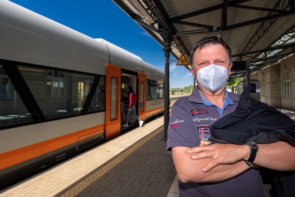 Immer wieder seien die Züge der Länderbahn zwischen Bautzen und Dresden überfüllt, ärgert sich Pendler Jörg Krenz. Das ärgert ihn - gerade angesichts Corona.