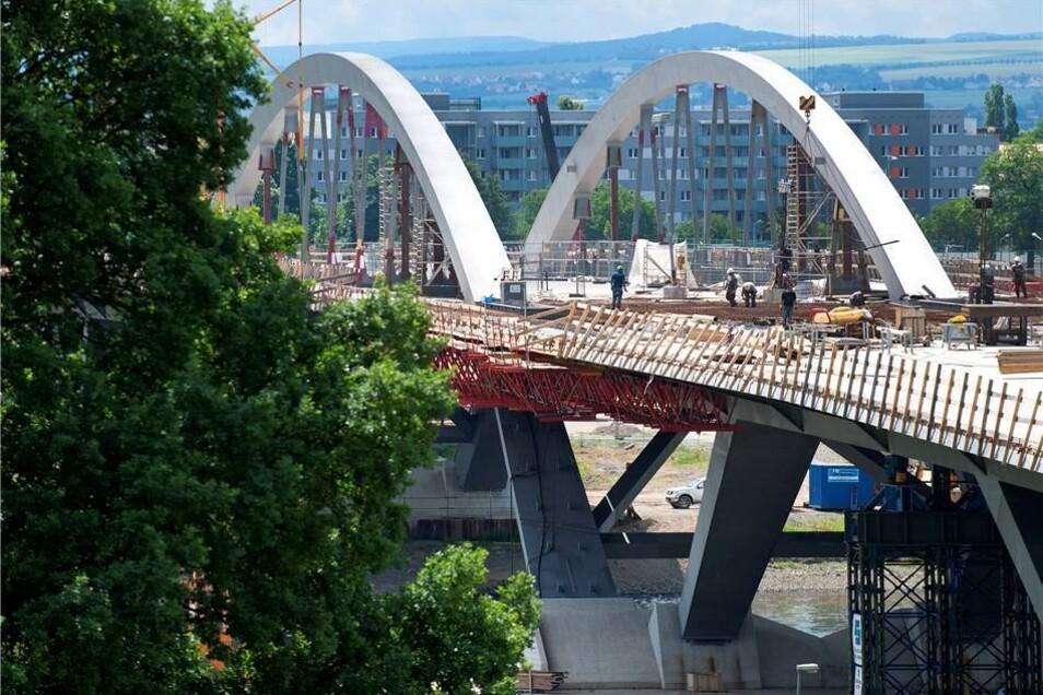 2012  Der mittlere Teil der Brücke wird durch zwei Stahlbögen mit einer Spannweite von 148 Metern getragen, die sich etwa 26 Meter über der Elbe erheben.