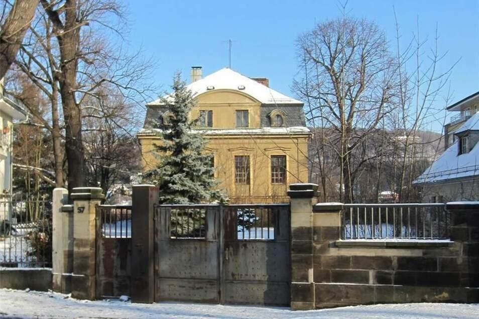 Diese neobarocke Villa auf der Tolkewitzer Straße 57 in Dresden stand unter Denkmalschutz, wurde aber vom Besitzer nach zwei Bränden ohne Genehmigung abgerissen.