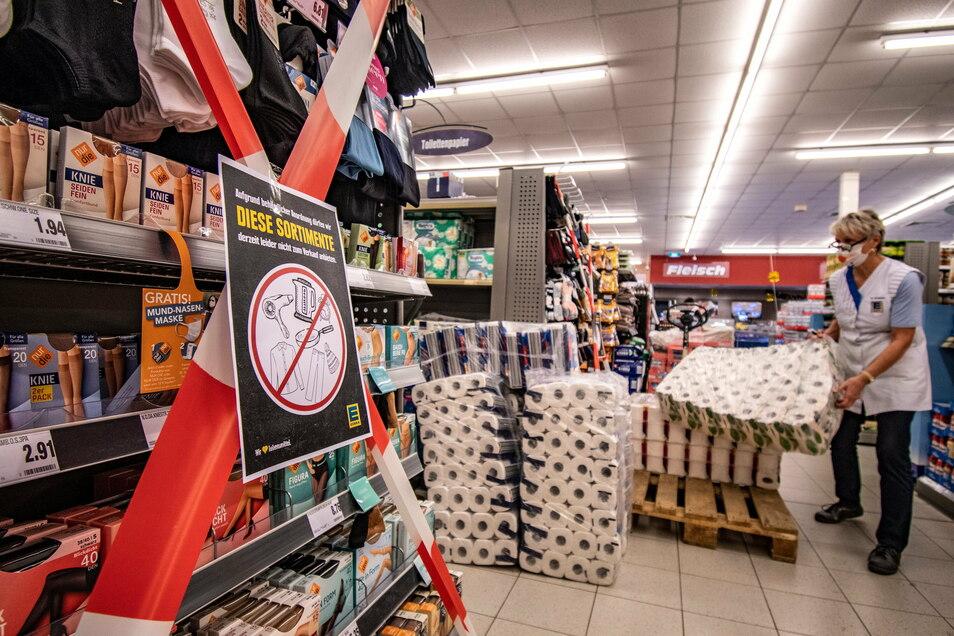 Rot-weißes Band soll die Kunden im Edeka-Markt Bühler in Döbeln davon abhalten, zu Ware zu greifen, die nach Ansicht der Regierung nicht zum täglichen Bedarf gehört.