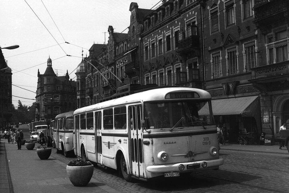 Das ist Geschichte in Dresden. Ein O-Bus mit Anhänger fährt vom Schillerplatz in Richtung Körnerplatz. Hier befindet er sich auf der Zufahrt zum Blauen Wunder.