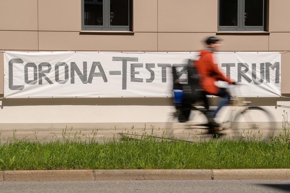 Der Corona-Abstrich ist für viele Sachsen inzwischen Alltag - bald könnte er jedoch wegfallen, weil am 14. Juni die Testpflicht fallen könnte.