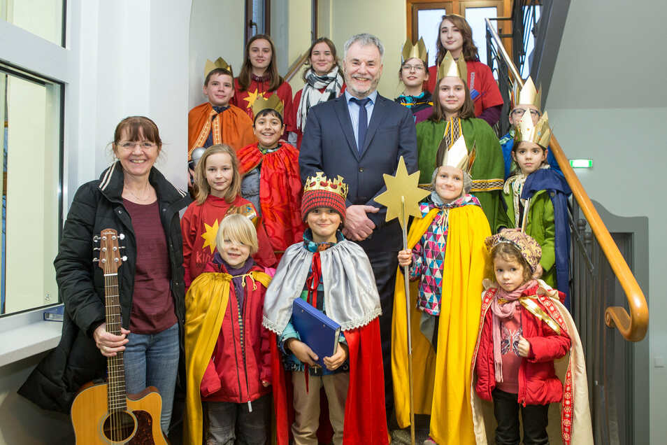 Die Sternsinger um Sabina Kindermann (links) von der katholischen Gemeinde besuchten Oberbürgermeister Uwe Rumberg im Rathaus.
