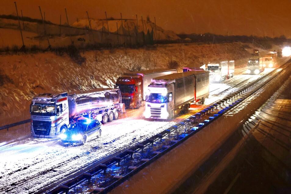 Langsam rollen die Lkws auf der A17 voran.