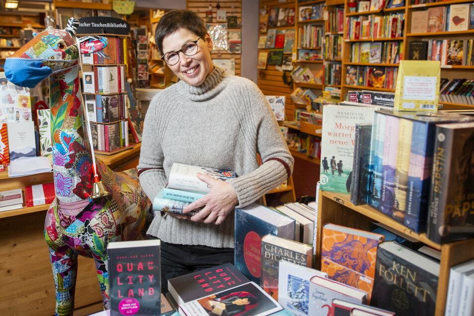 Strahlende Preisträgerin in Moritzburg: Carola Gaitzsch wird für ihre Stephanus-Buchhandlung von der Bundesregierung mit dem Deutschen Buchhandlungspreis geehrt. Fünf Mal hatte sich die Geschäftsführerin bereits beworben. Jetzt hat es geklappt.