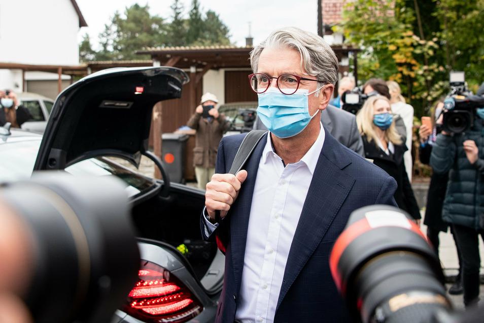 Der unter anderem wegen Betrugs angeklagte langjährige Audi-Chef Rupert Stadler kommt zu Prozessbeginn beim Landgericht in München an.