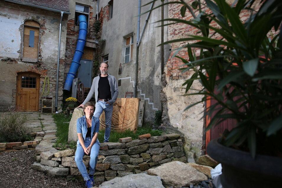 Anne Hasselbach und Jan Eickhoff sanieren die alte Kamenzer Baderei und die benachbarte frühere Motorenfabrik Steudel. Ein Stopp für bestimmte Fördermittel stellt sie nun vor neue Hürden.