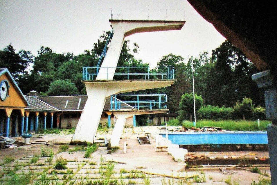 Ausgebadet: die Sprungtürme und Schwimmbecken des Westbades kurz vor dem Abriss 1995.