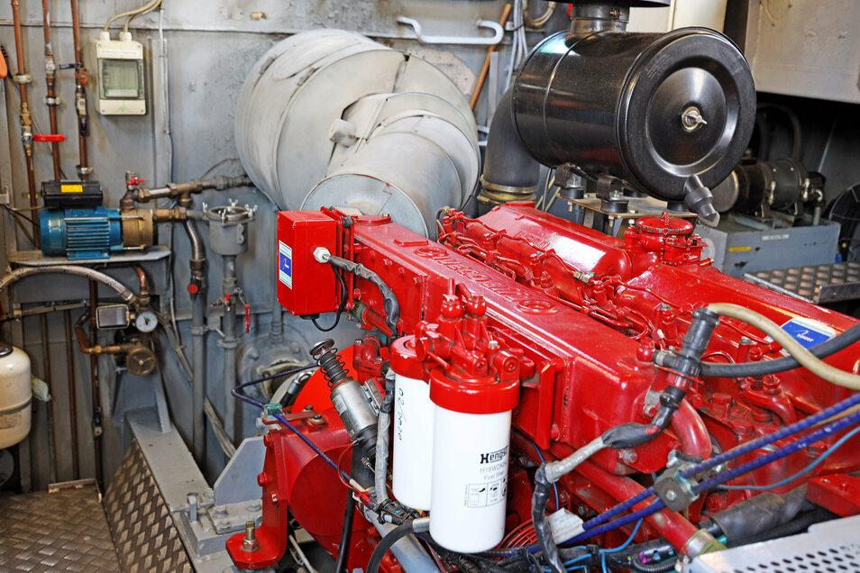 220 PS leistet der Motor der Weißeritz. Hier unten ist es so laut, dass man sich bestenfalls noch mit Schreien verständigen kann.