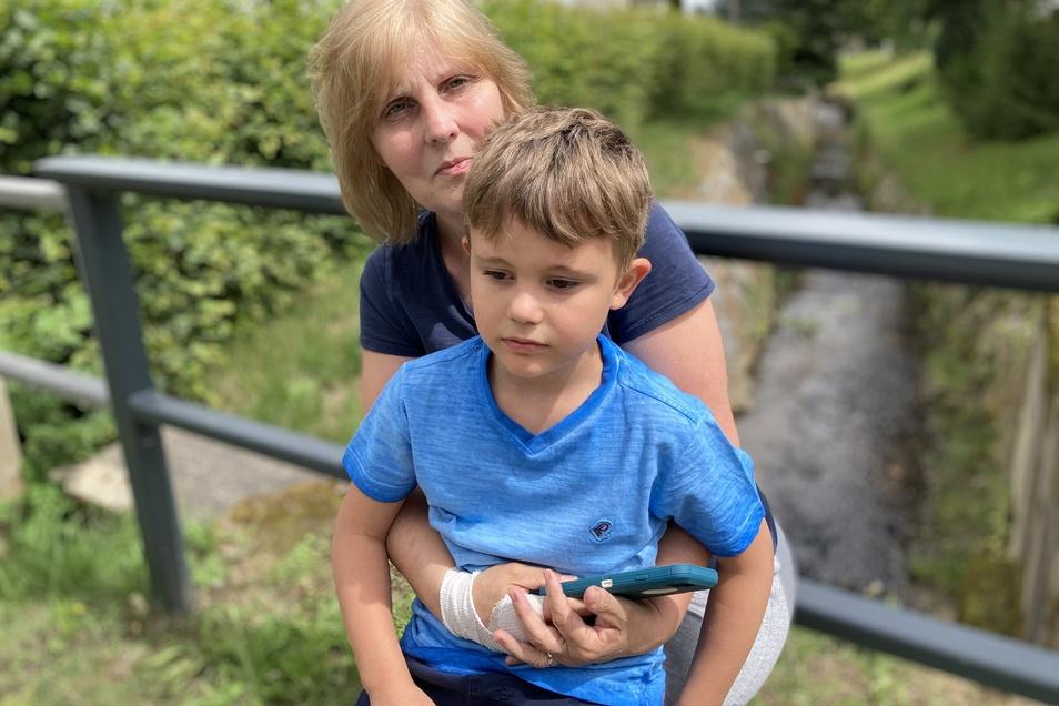 Louis Nemeth mit seiner Oma Ines an der Stelle, wo er den toten Biber in der Seltenrein entdeckt hat.