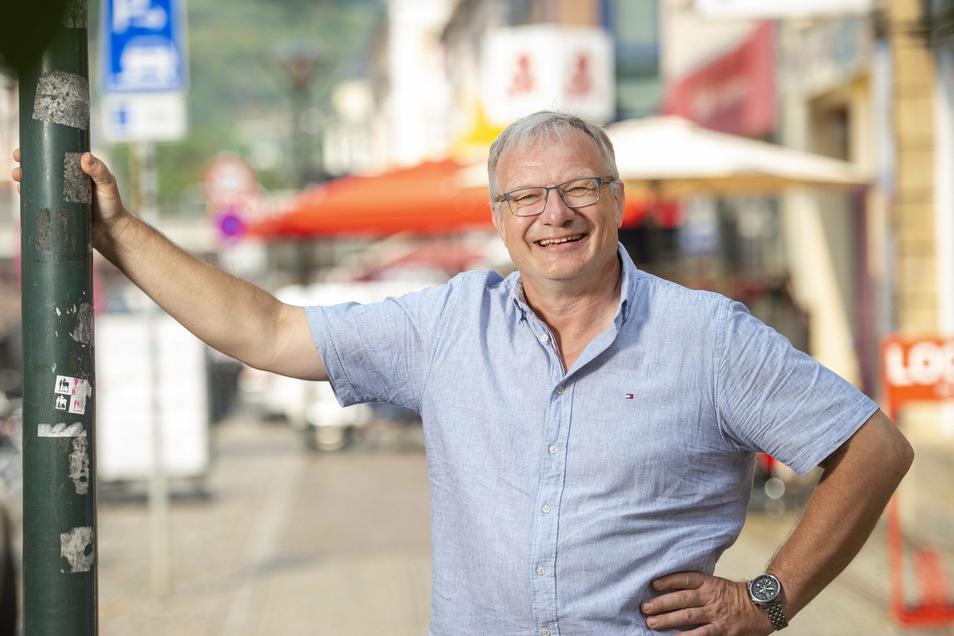 René Hein ist 54 Jahre alt und Landtagsabgeordneter. In Radebeul führt er die sechsköpfige AfD-Fraktion an, die seit rund einem Jahr erstmals im Stadtrat vertreten ist. Die Mandatsträger wollen gegen Aufkleber an Straßenmasten vorgehen.