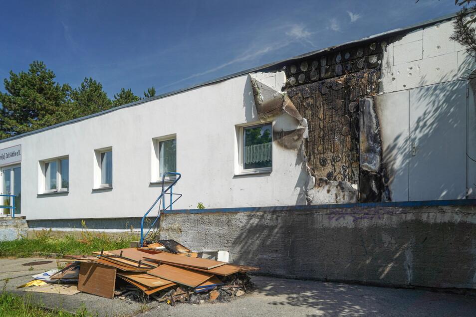 Drei Tage nach dem Brand sieht es am Vereinshaus immer noch schlimm aus, aber der Vermieter will die Fassade sanieren lassen.