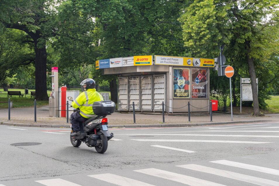 Werbetafeln für Lotto und Presse gibt es am Riesaer Puschkinplatz-Kiosk noch. Aber die Pforten der kleinen Verkaufsstelle sind zu. Bleiben soll das so nicht – wenn es nach dem Eigentümer geht.