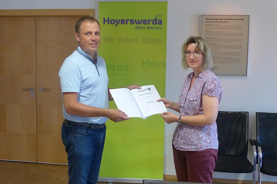 Eine Berufungsurkunde hat Bürgermeister Mirko Pink (CDU) jetzt an Korina Jenßen übergeben können.
