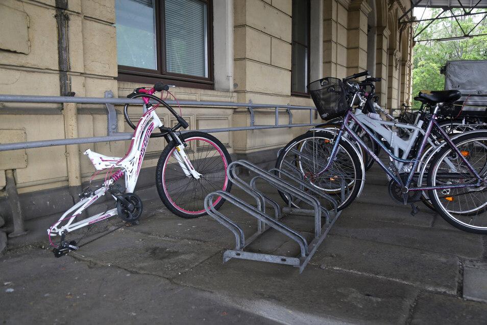 In der Stadt Riesa kommen im Kreis mit Abstand am häufigsten Fahrräder abhanden. Wenn die Diebe nicht an das ganze Fahrrad herankommen, nehmen sie mitunter auch nur Einzelteile mit. Wie hier am Bahnhof in Riesa.