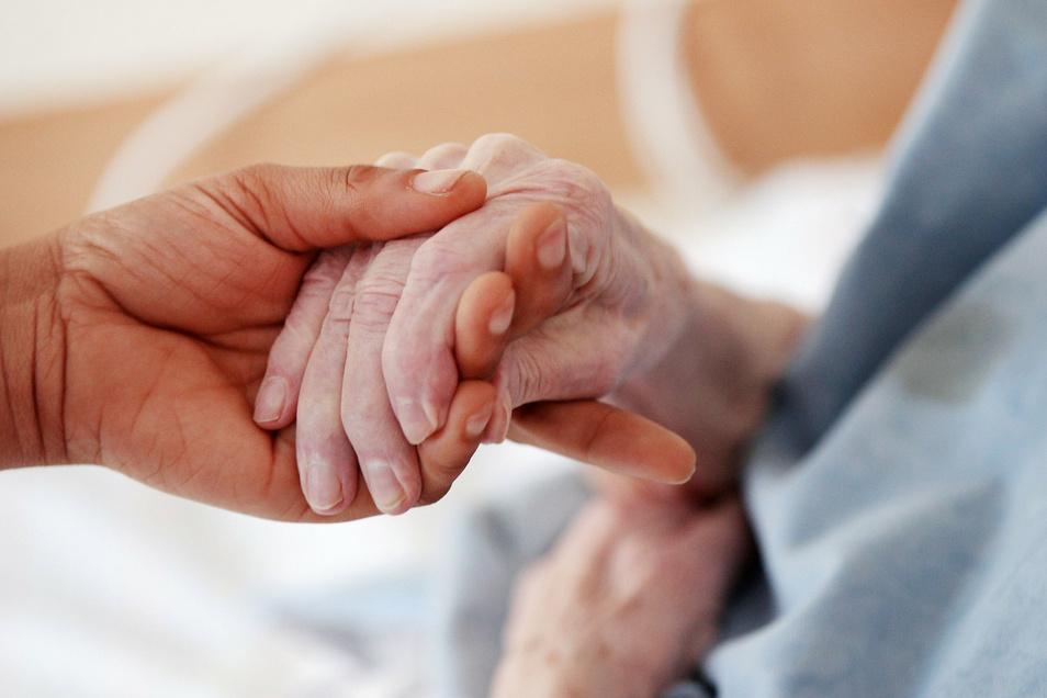 Pflegebedürftige und ihre Angehörigen sollen künftig maximal 700 Euro pro Monat Eigenanteil für die Pflege in einem Heim bezahlen.