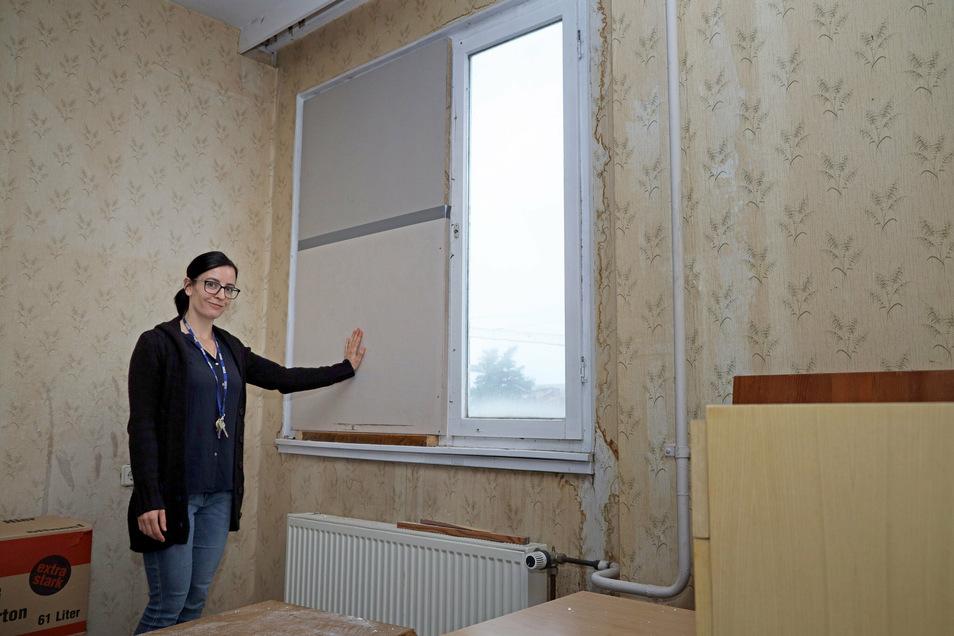 Lisa Smyrek leitet das Obdachlosenheim in Riesa. Hier steht sie in einem unbewohnten Zimmer, das als Lager dient, das Fenster ist vernagelt. Es wurde gebraucht, um ein Beschädigtes im Erdgeschoss zu ersetzen.