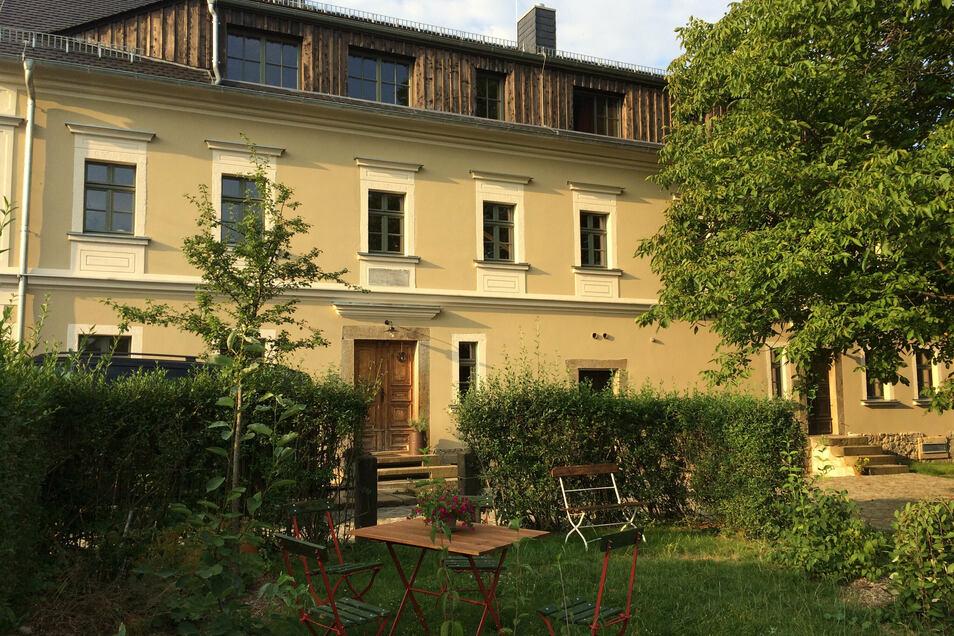 Im Jahr 1794 wurde das Grundstück, auf dem sich heute der Gutshof befindet, aus dem Doberschauer Rittergut herausgekauft. Die Gebäude entstanden vermutlich in dieser Zeit. Die Fassadengestaltung stammt aus dem Jahr 1880.