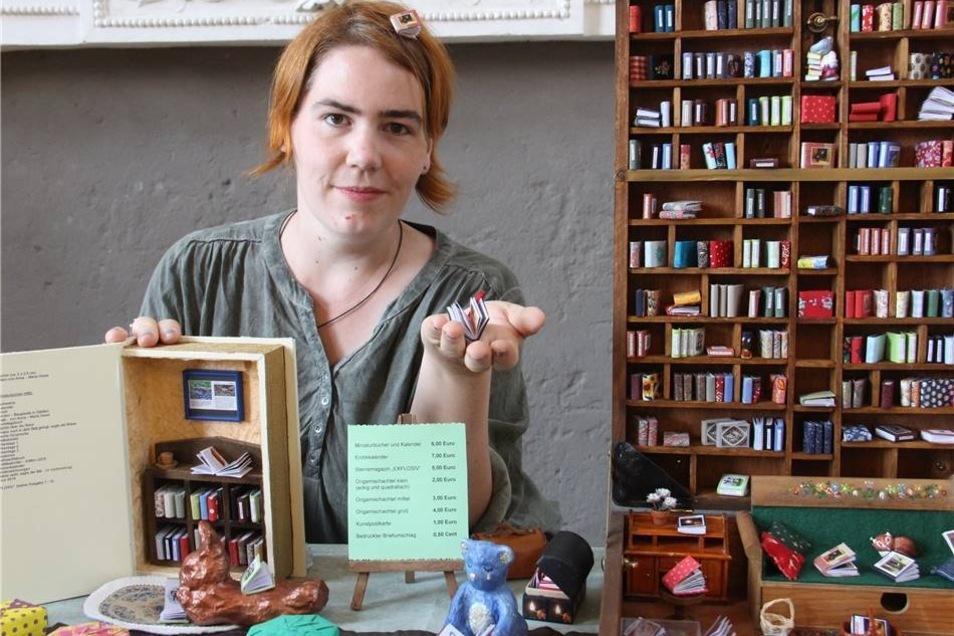 Die Mini-Bücher von Anna-Maria Oeser passen in eine Puppenstube.