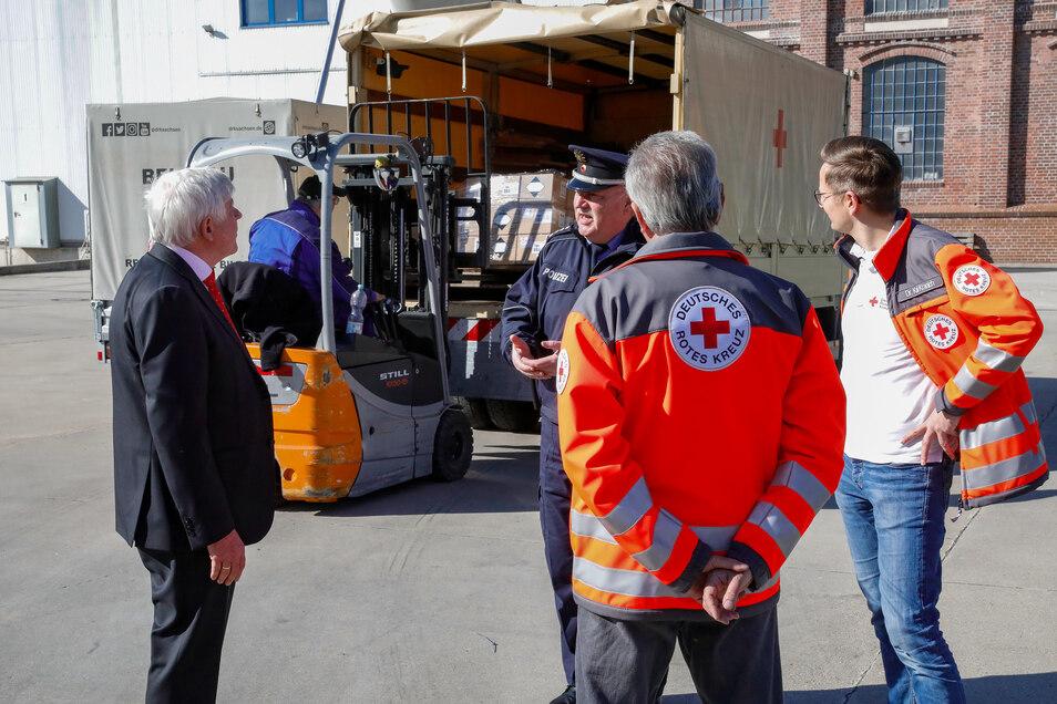 Fit-Chef Wolfgang Groß (links) informiert sich über die Verladung und Auslieferung der Desinfektionsmittel-Flaschen.