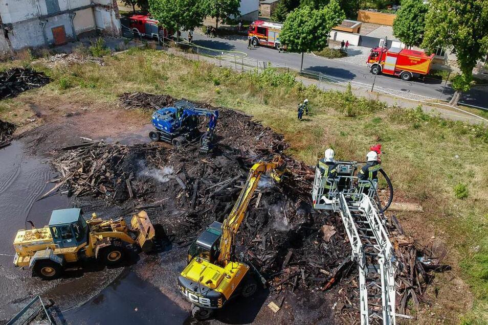 Ein großer Haufen Abrissholz brennt seit Sonntagmorgen auf einem ehemalige Werksgelände in Radeberg.