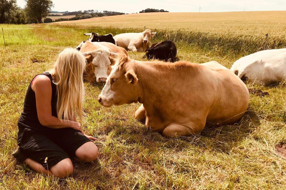 Cornelia Böttger mit ihrer ersten geretteten Kuh Bella.