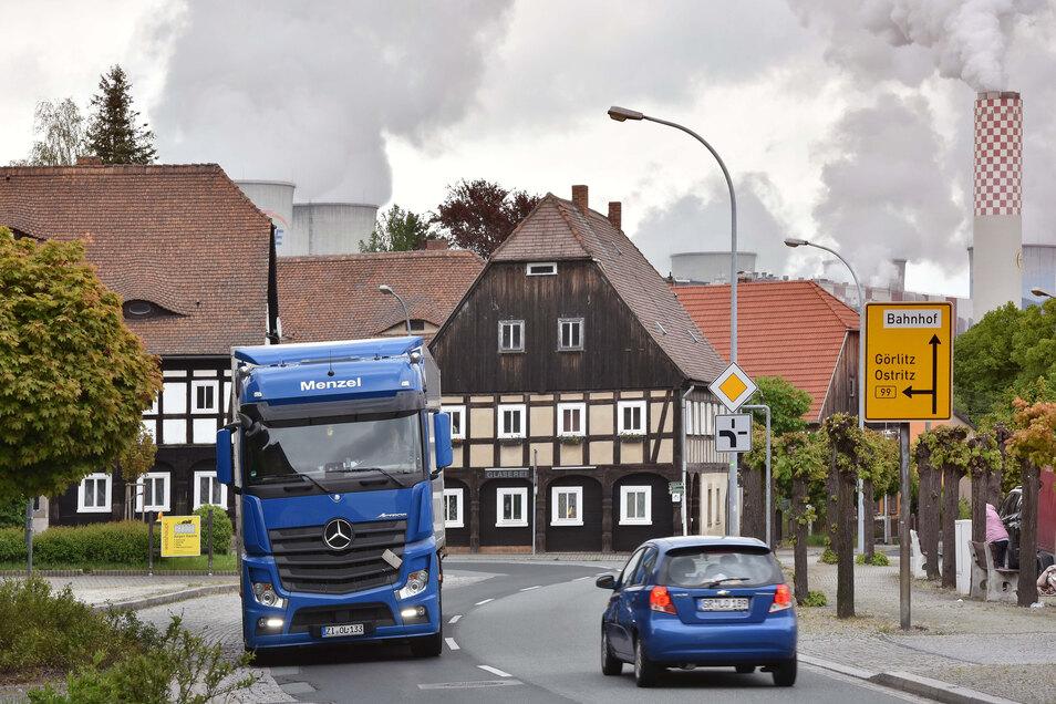 Die Kurve der B 99 am Hirschfelder Markt sollte dieses Jahr ausgebaut werden - doch daraus wird vorerst nichts.