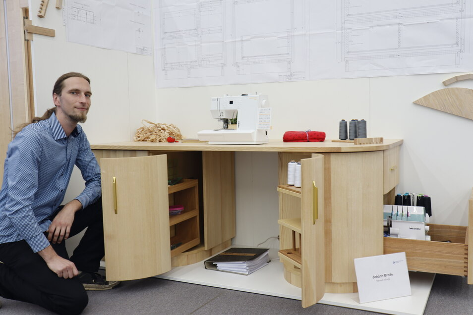 Johann Brode baute einen Nähtisch in Esche, bei dem man alles, was man beim Nähen benötigt, in Griffweite hat, ohne aufstehen zu müssen.