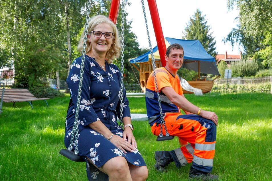 Ortsbürgermeisterin Carola Zimmer und Bauhof-Mitarbeiter Tom Großer freuen sich über den neuen Spielplatz am Birkenhof in Hartau.