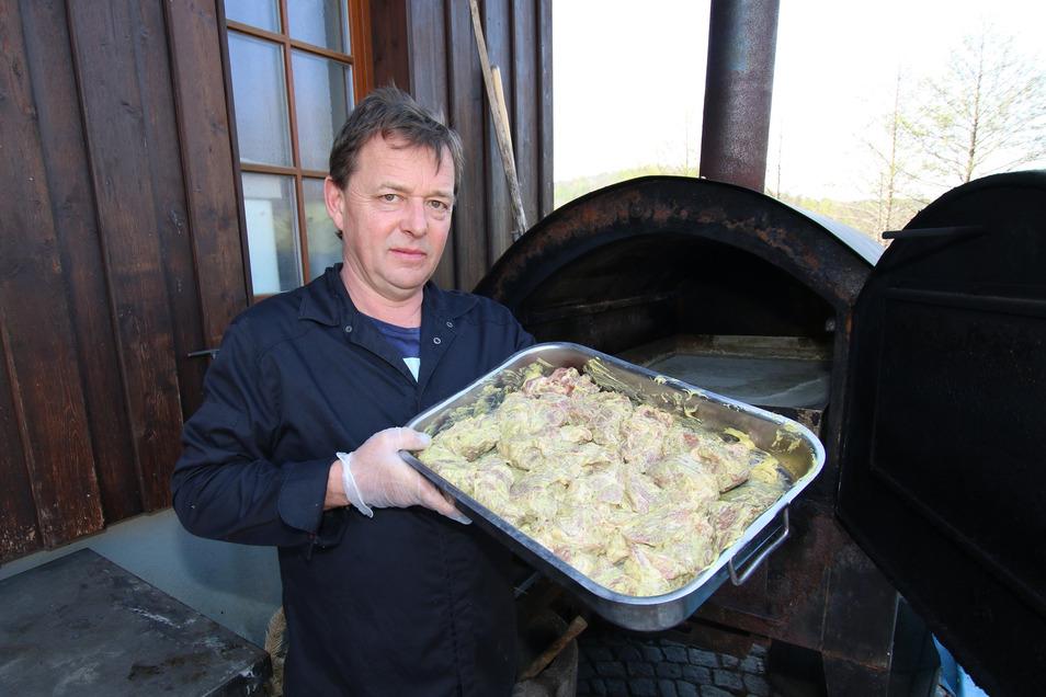 Neben Softeis und Eisvarianten gibt es in der Muldentalklause auch den traditionellen Mutzbraten, hier von Michael Horn präsentiert. Das Geheimnis ist, den Braten während der Zubereitung immer mit Feuchtigkeit in Verbidnung zu bringen, so wird er besonder