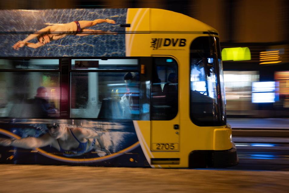 In einer Straßenbahn in Dresden kam es zum Übergriff auf einen Polizeibeamten.