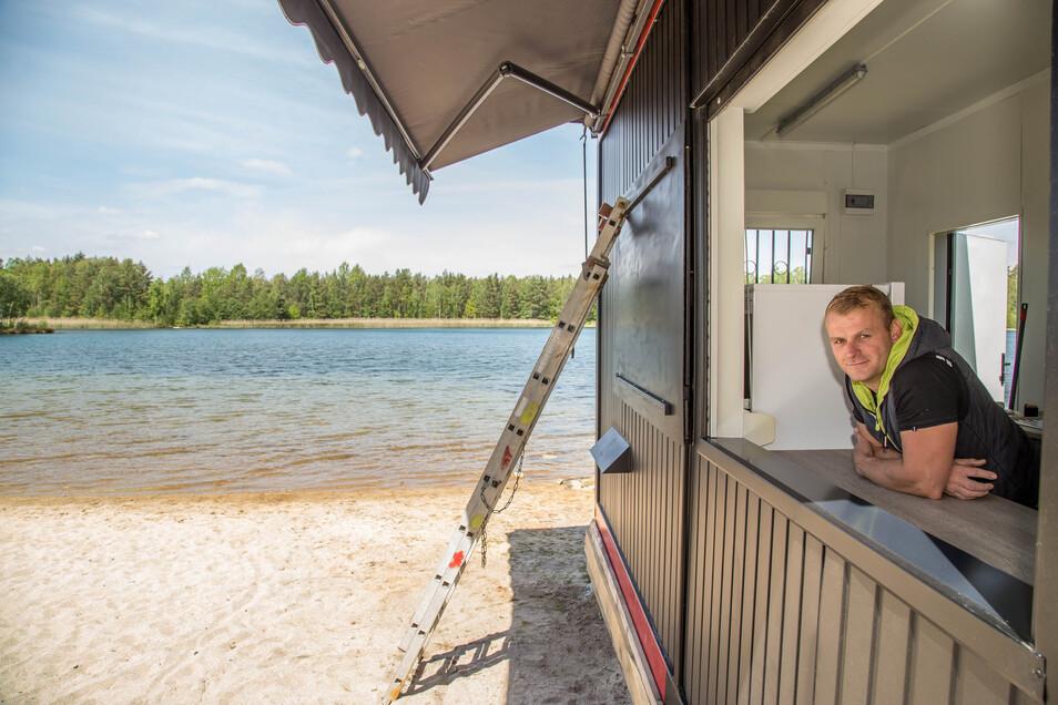 Marcel Jentho hat den Inselsee Kaltwasser gepachtet und bietet seinen Gästen jetzt den Imbiss aus einem festen Container an.