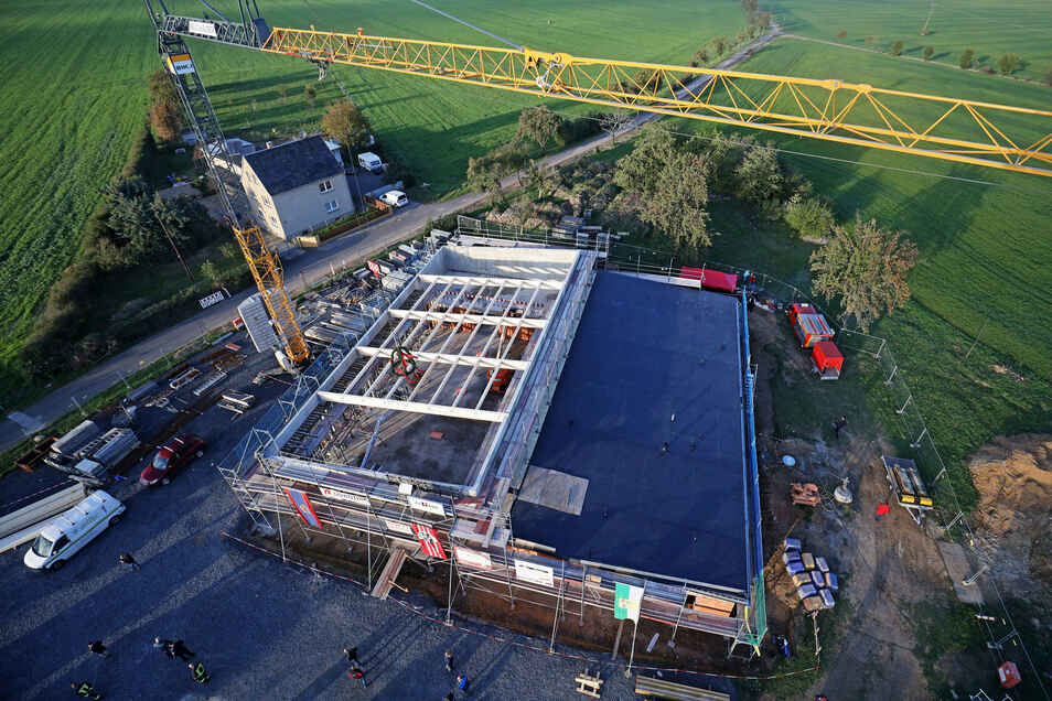 Noch nicht ganz dicht: ein Blick von oben auf das neue Feuerwehrgebäude an der B 6 in Mehltheuer. Links kommt die Fahrzeughalle rein, rechts entstehen Wehrleiterbüro, Sanitär- und Umkleideräume.
