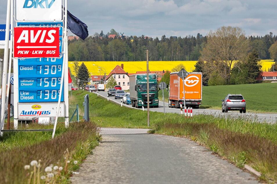 Hier an der Aral-Tankstelle in Ebersbach ist der Radweg zu Ende. Er beginnt erst wieder einige Hundert Meter weiter in Richtung Goldener Löwe.